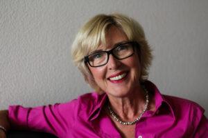 Maria Klein im Portrait mit lila Bluse