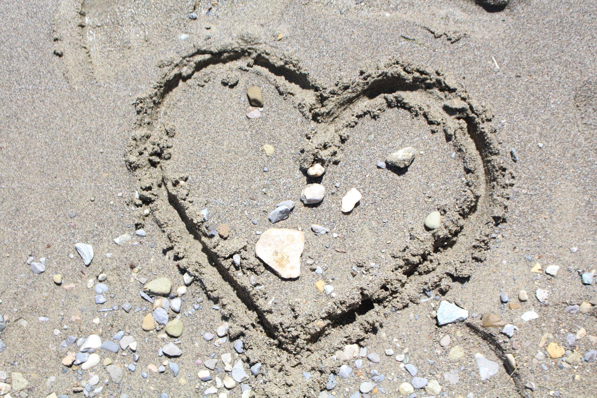 Herz in den Sand gemalt