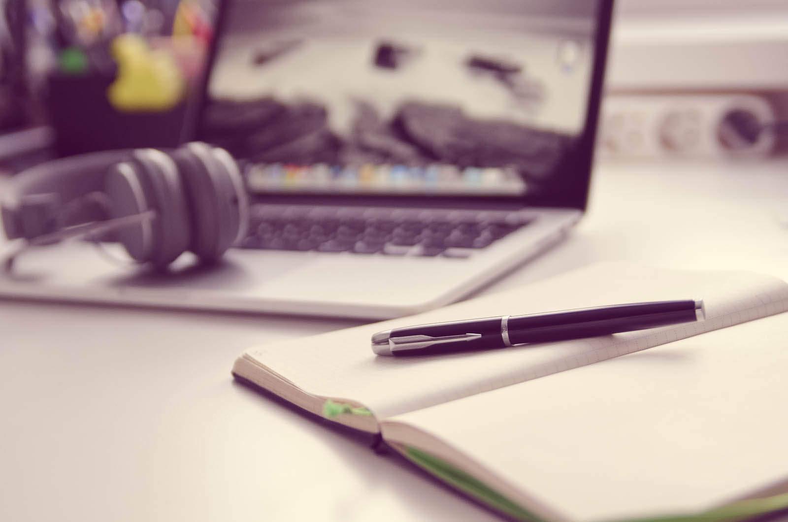 Arbeit, Laptop, Stift, Zahlen, Einkommen, Arbeitslosenquote